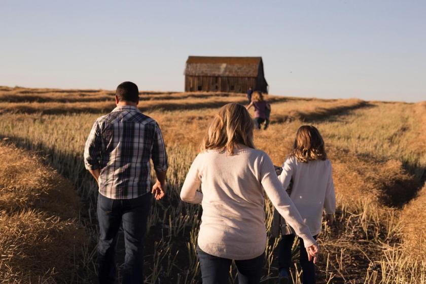 scambio-casa-famiglia-vacanze-bambini-passeggiare-campagna